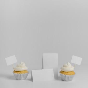 Vista frontal de cupcakes com embalagem e espaço de cópia
