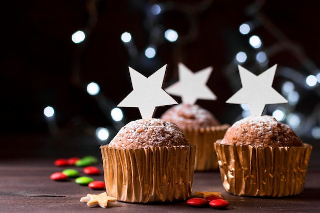 Vista frontal de cupcakes de natal com cobertura de estrela