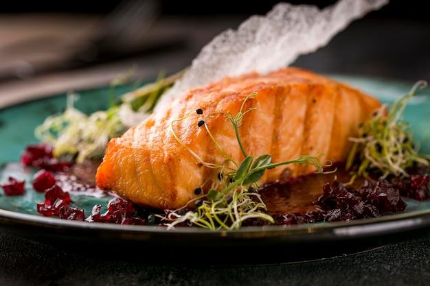Vista frontal de deliciosa refeição de peixe cozido
