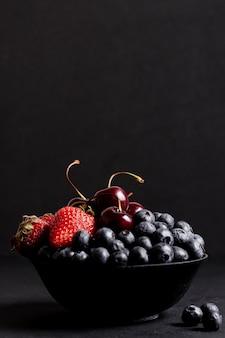 Vista frontal de deliciosas frutas mistas