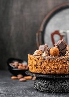 Vista frontal de delicioso bolo de chocolate em carrinho