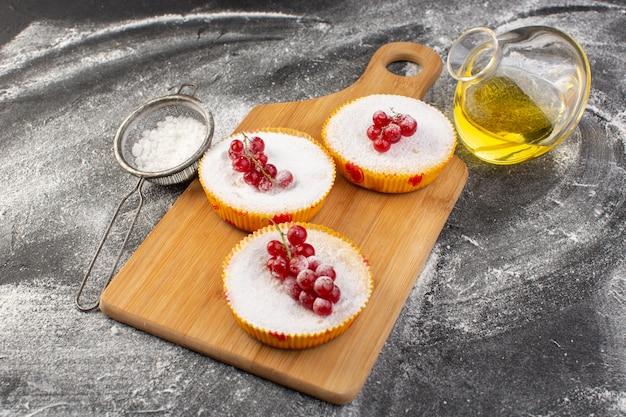 Vista frontal de deliciosos bolos de cranberry com cranberries vermelhos