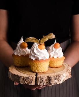 Vista frontal de deliciosos cupcakes com glacê