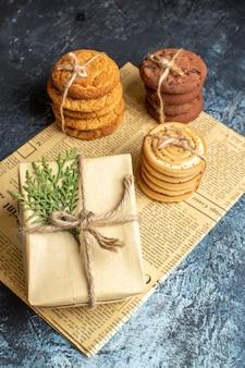 Vista frontal de diferentes biscoitos deliciosos com presentes em um fundo claro