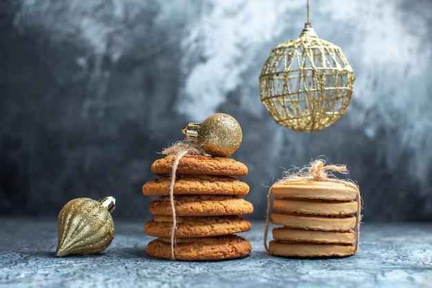 Vista frontal de diferentes biscoitos deliciosos em uma mesa leve