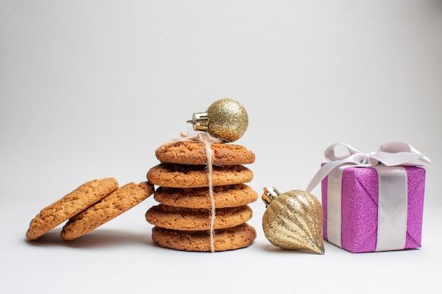 Vista frontal de diferentes biscoitos saborosos em fundo branco