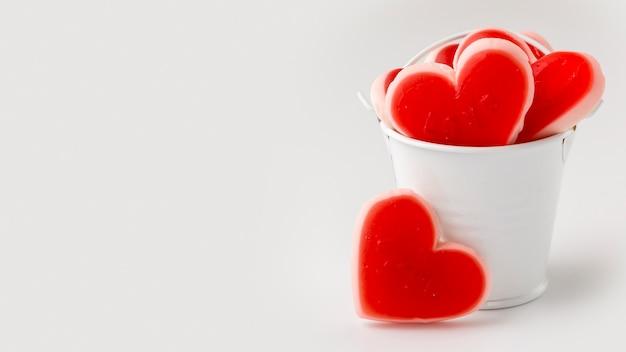 Vista frontal de doces em forma de coração