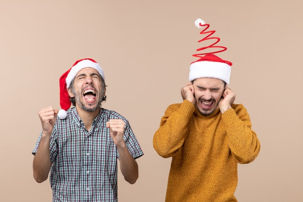 Vista frontal de dois caras, um gritando alto e o outro tapando os ouvidos com as mãos em um fundo bege isolado