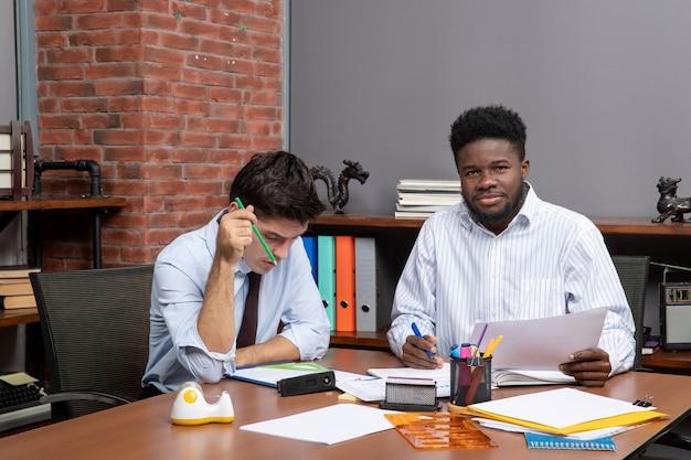 Vista frontal de dois empresários em negociações comerciais