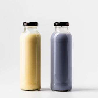 Vista frontal de duas garrafas de suco de frutas