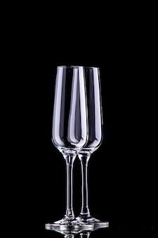 Vista frontal de duas taças de champanhe na superfície preta
