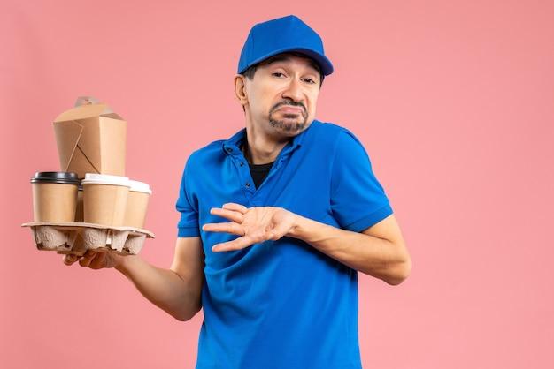 Vista frontal de entregador emocional confuso, usando chapéu, segurando pedidos