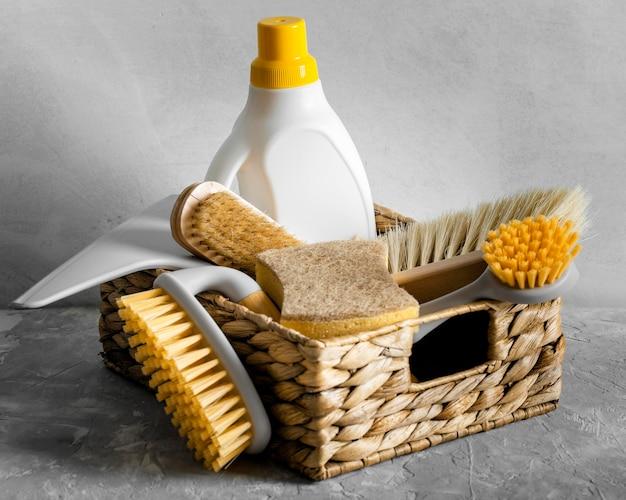 Vista frontal de escovas de limpeza ecológicas na cesta