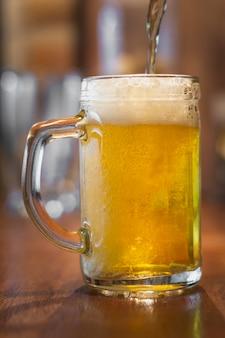 Vista frontal de espuma de cerveja na cerveja