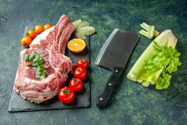 Vista frontal de fatia de carne fresca com tomate em azul escuro comida carne cozinha açougueiro frango cor vaca