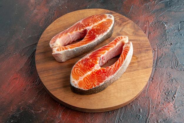 Vista frontal de fatias de carne crua em fundo escuro comida refeição costela prato animal churrasco