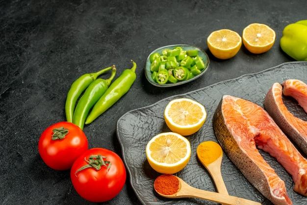 Vista frontal de fatias de carne frita com legumes frescos em fundo escuro cor de costela refeição salada comida churrasco
