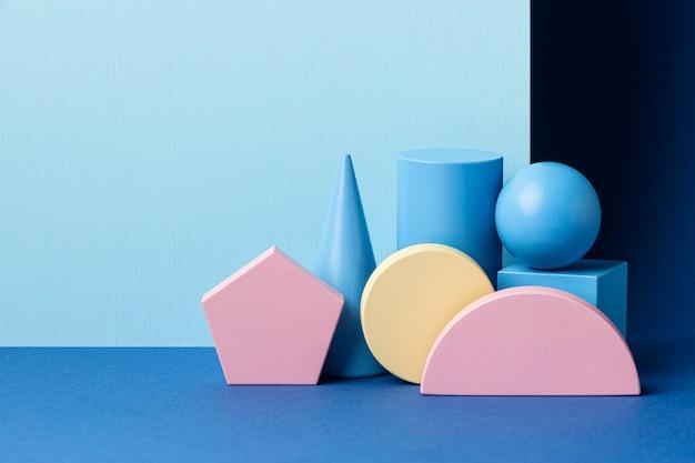 Vista frontal de figuras geométricas multicoloridas com espaço de cópia