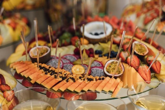 Vista frontal de frutas exóticas fatiadas