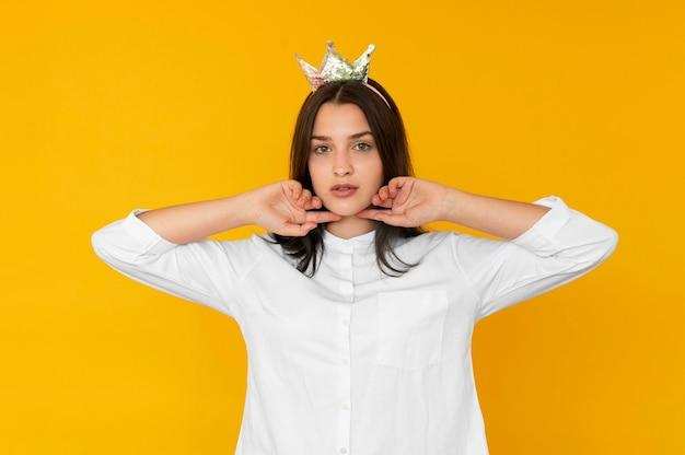Vista frontal de garota usando um conceito de coroa