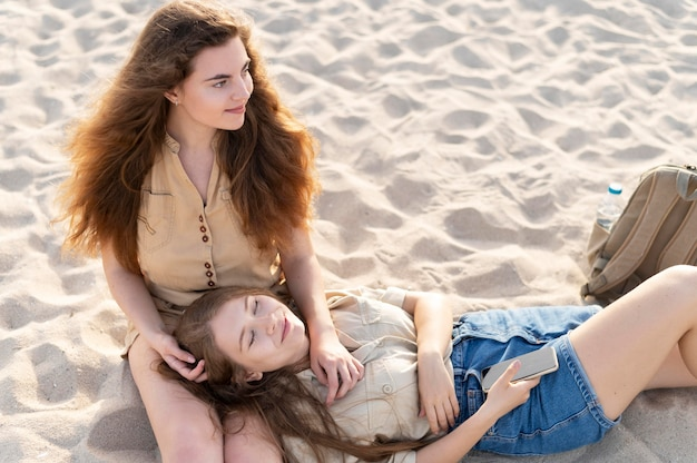 Vista frontal de garotas bonitas na praia