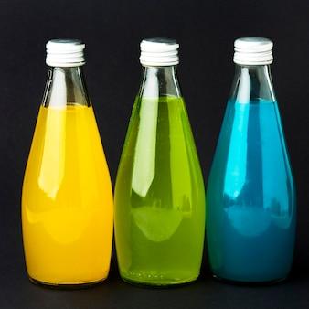 Vista frontal de garrafas com refrigerantes