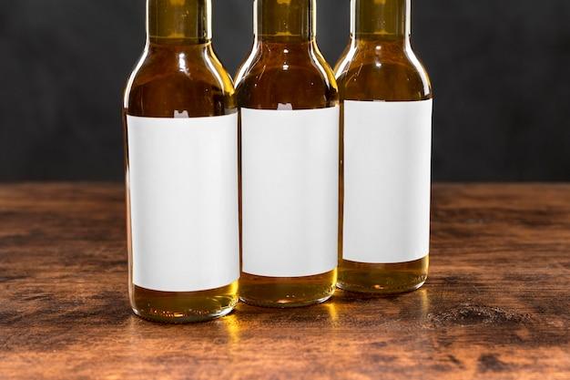 Vista frontal de garrafas de cerveja com rótulos em branco