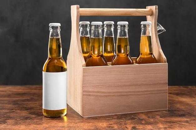 Vista frontal de garrafas de cerveja em caixa