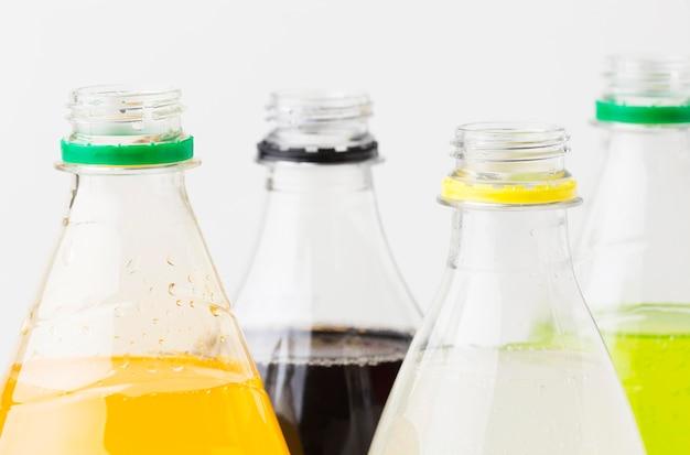 Vista frontal de garrafas de refrigerante