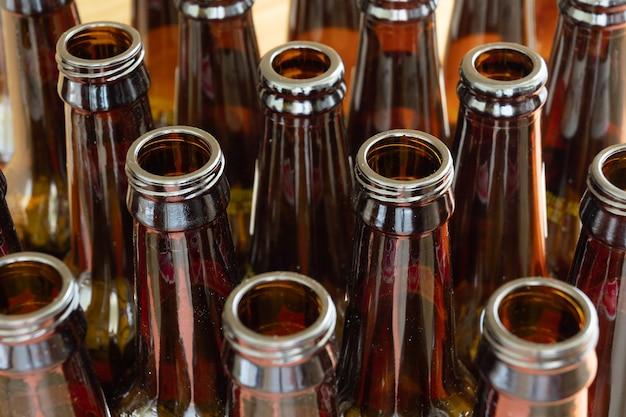 Vista frontal de garrafas de vidro, conceito de reciclagem de vidro, espaço de cópia