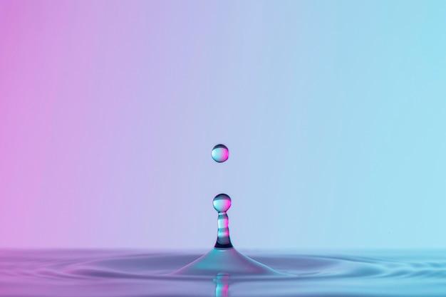 Vista frontal de gotas em líquido transparente