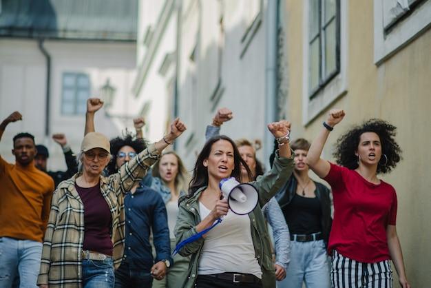 Vista frontal de grupo de ativistas protestando em greve de rua