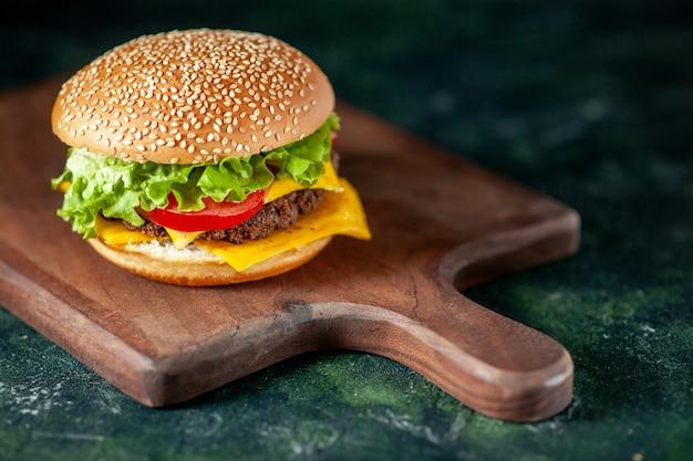 Vista frontal de hambúrguer de carne em fundo escuro