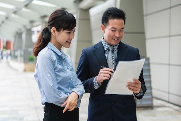 Vista frontal de homem e mulher de negócios
