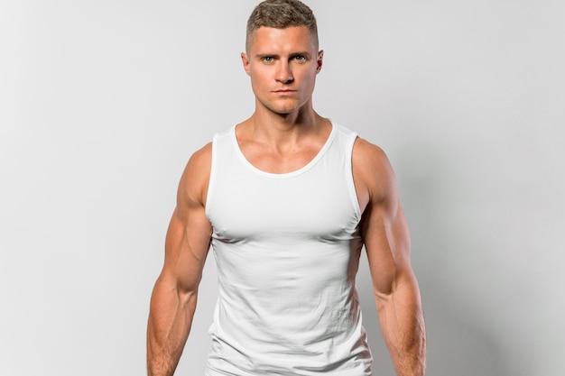 Vista frontal de homem em forma usando camiseta regata