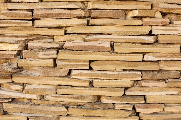 Vista frontal de lajes de pedra empilhadas