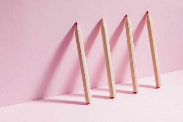 Vista frontal de lápis coloridos em cima da mesa