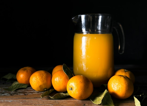 Vista frontal de laranjas de outono com suco