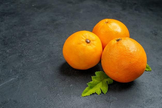 Vista frontal de laranjas frescas em fundo cinza foto de frutas cítricas suco tropical exótico