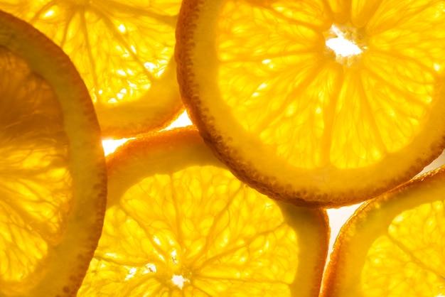 Vista frontal de laranjas suculentas em fatias