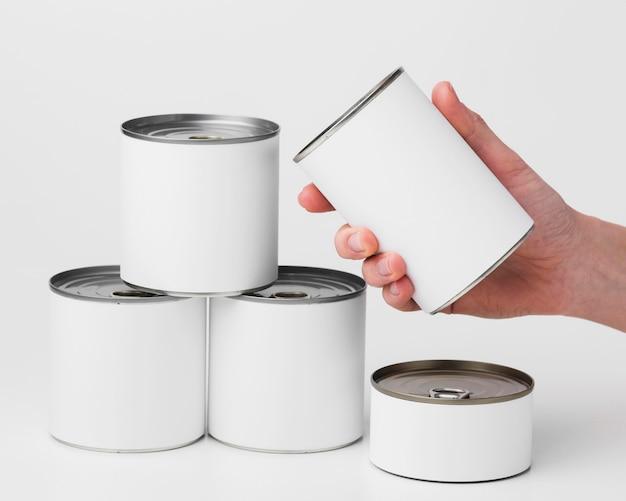 Vista frontal de latas com etiquetas em branco