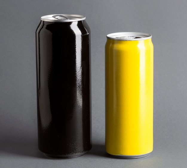 Vista frontal de latas de refrigerantes