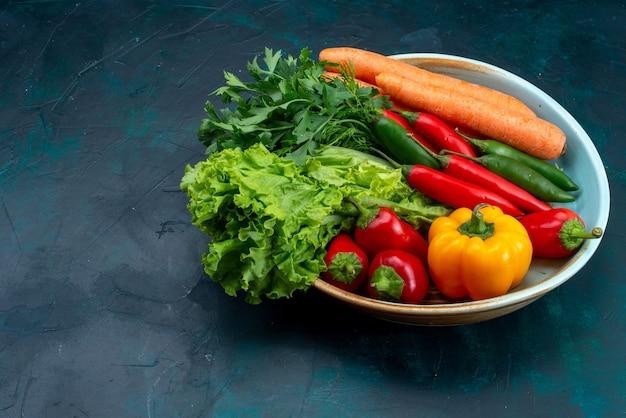 Vista frontal de legumes frescos com verduras na mesa azul salgadinho comida vegetal