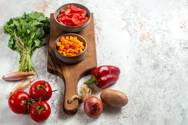 Vista frontal de legumes frescos com verduras no espaço em branco