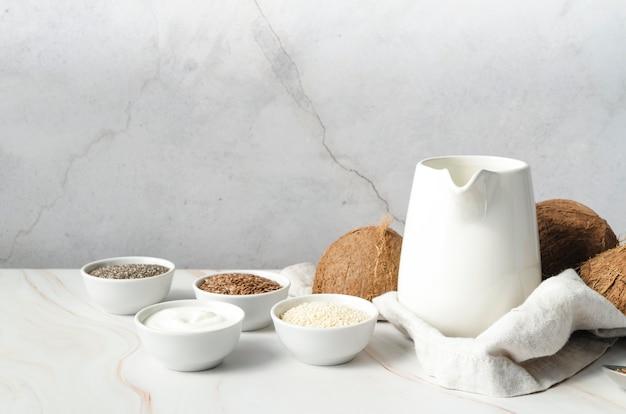 Vista frontal de leite de coco e sementes