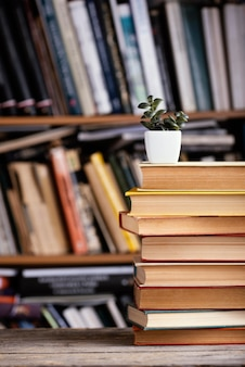 Vista frontal de livros de capa dura