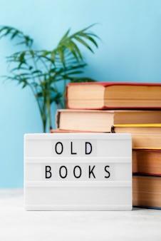 Vista frontal de livros empilhados com caixa de luz