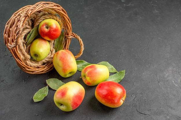 Vista frontal de maçãs frescas frutas maduras dentro de uma cesta na mesa cinza frutas maduras frescas