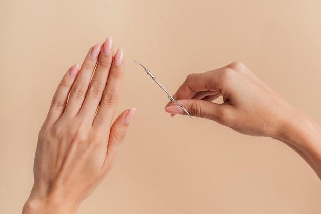 Vista frontal de manicure bonita e saudável