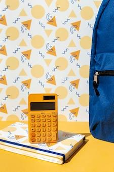 Vista frontal de material escolar na variedade de mesa
